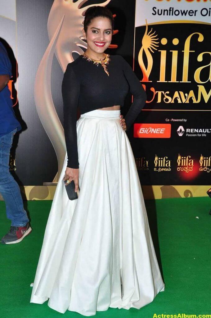 Vishakha Singh Hot Photos In Black Dress At IIFA Awards (2)
