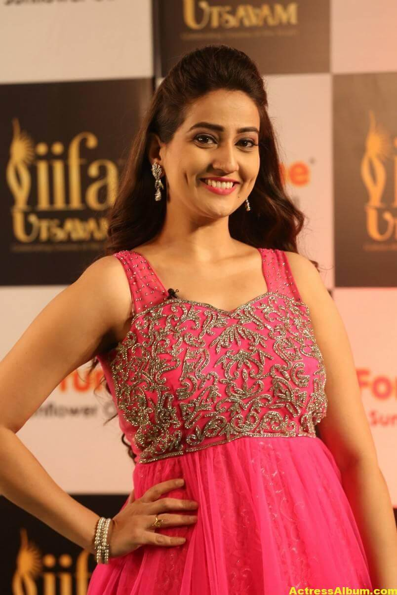 Anchor Manjusha Stills at IIFA Utsavam In Pink Dress 1