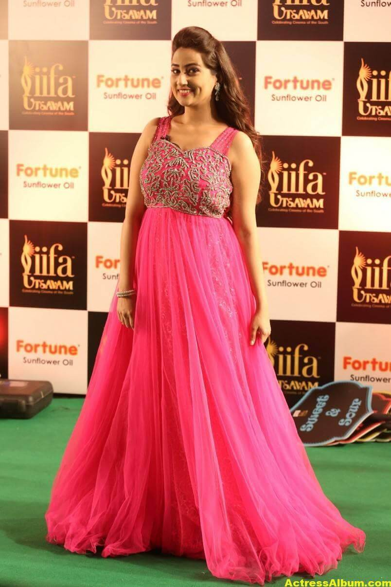 Anchor Manjusha Stills at IIFA Utsavam In Pink Dress 3