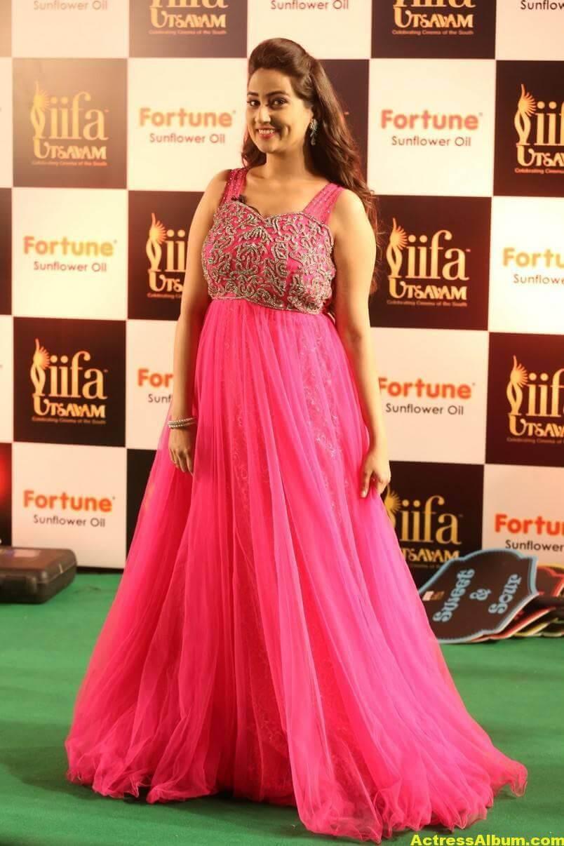 Anchor Manjusha Stills at IIFA Utsavam In Pink Dress 3