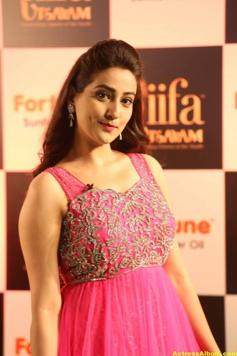 Anchor Manjusha Stills at IIFA Utsavam In Pink Dress 4