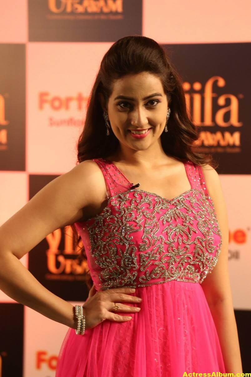 Anchor Manjusha Stills at IIFA Utsavam In Pink Dress 5