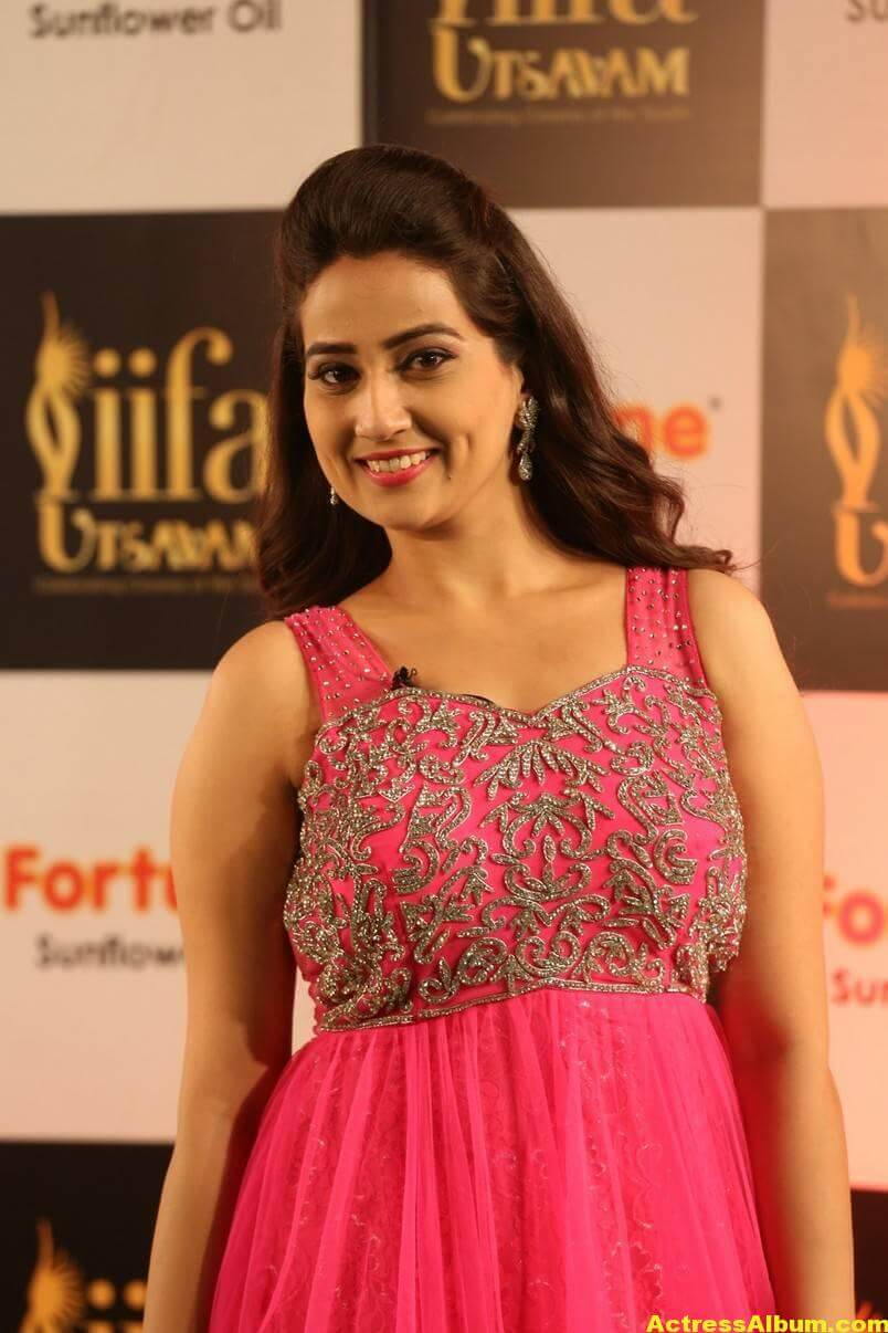 Anchor Manjusha Stills at IIFA Utsavam In Pink Dress 6