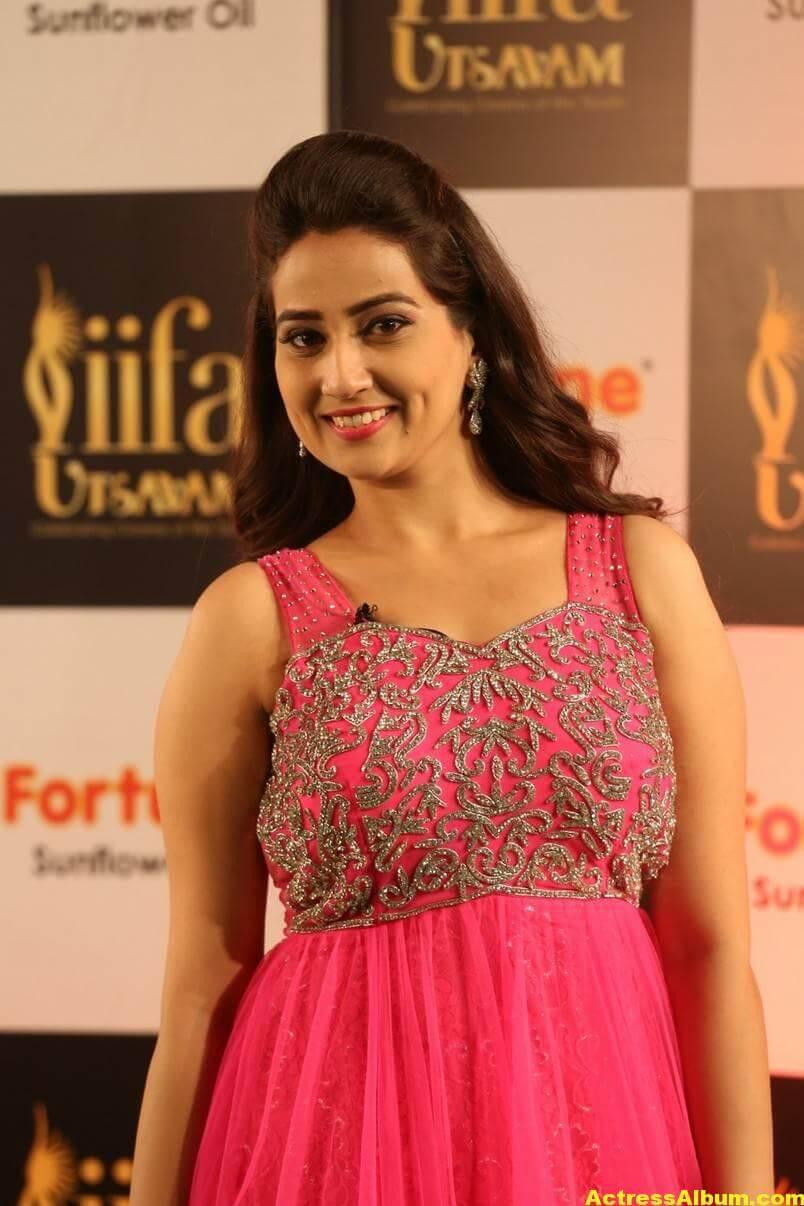 Anchor Manjusha Stills at IIFA Utsavam In Pink Dress 6