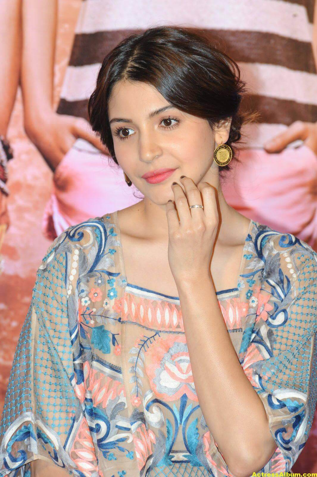 Anushka Sharma Smiling Photos At Mumbai Film Festival 2