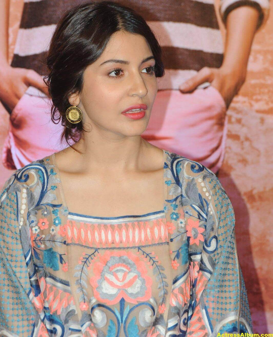 Anushka Sharma Smiling Photos At Mumbai Film Festival 4