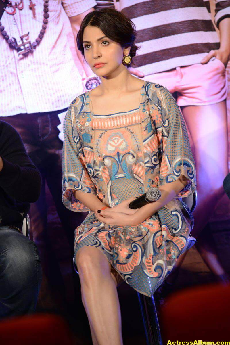 Anushka Sharma Smiling Photos At Mumbai Film Festival 6