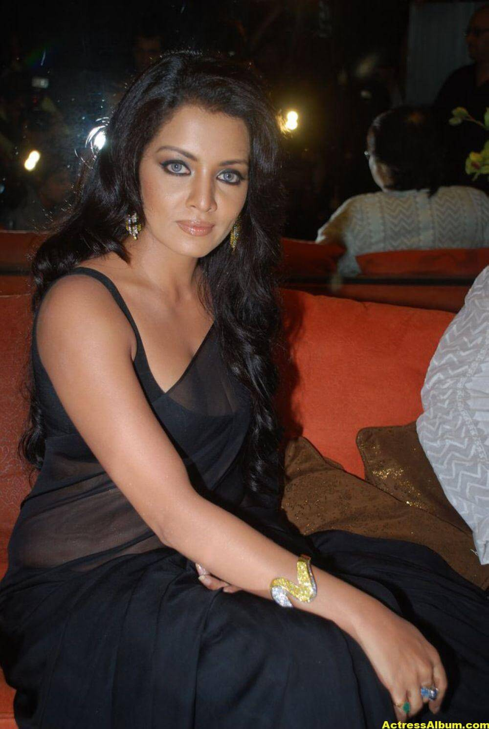 Celina Jaitley At Hill Road In Black Sexy Saree 2