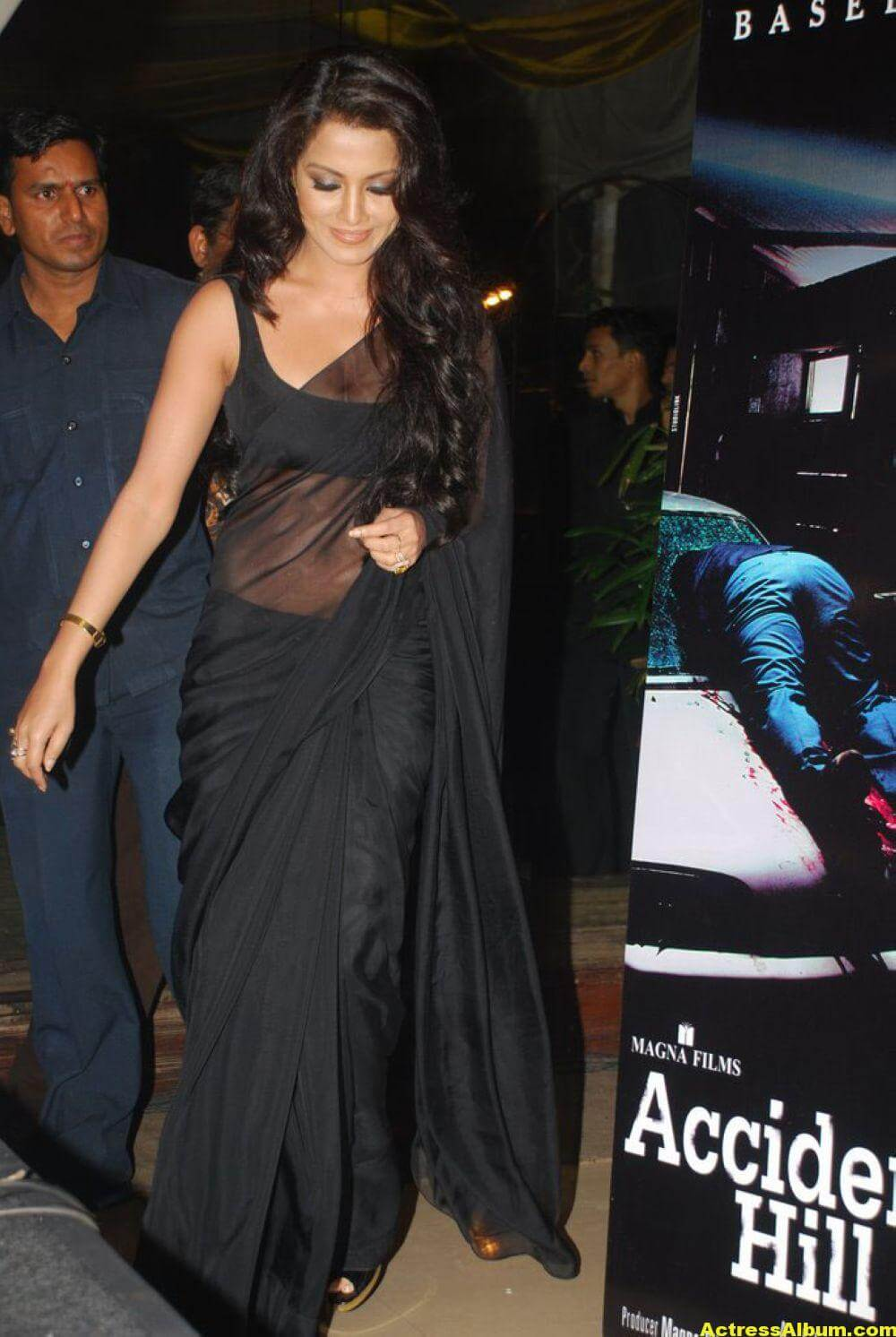 Celina Jaitley At Hill Road In Black Sexy Saree 3
