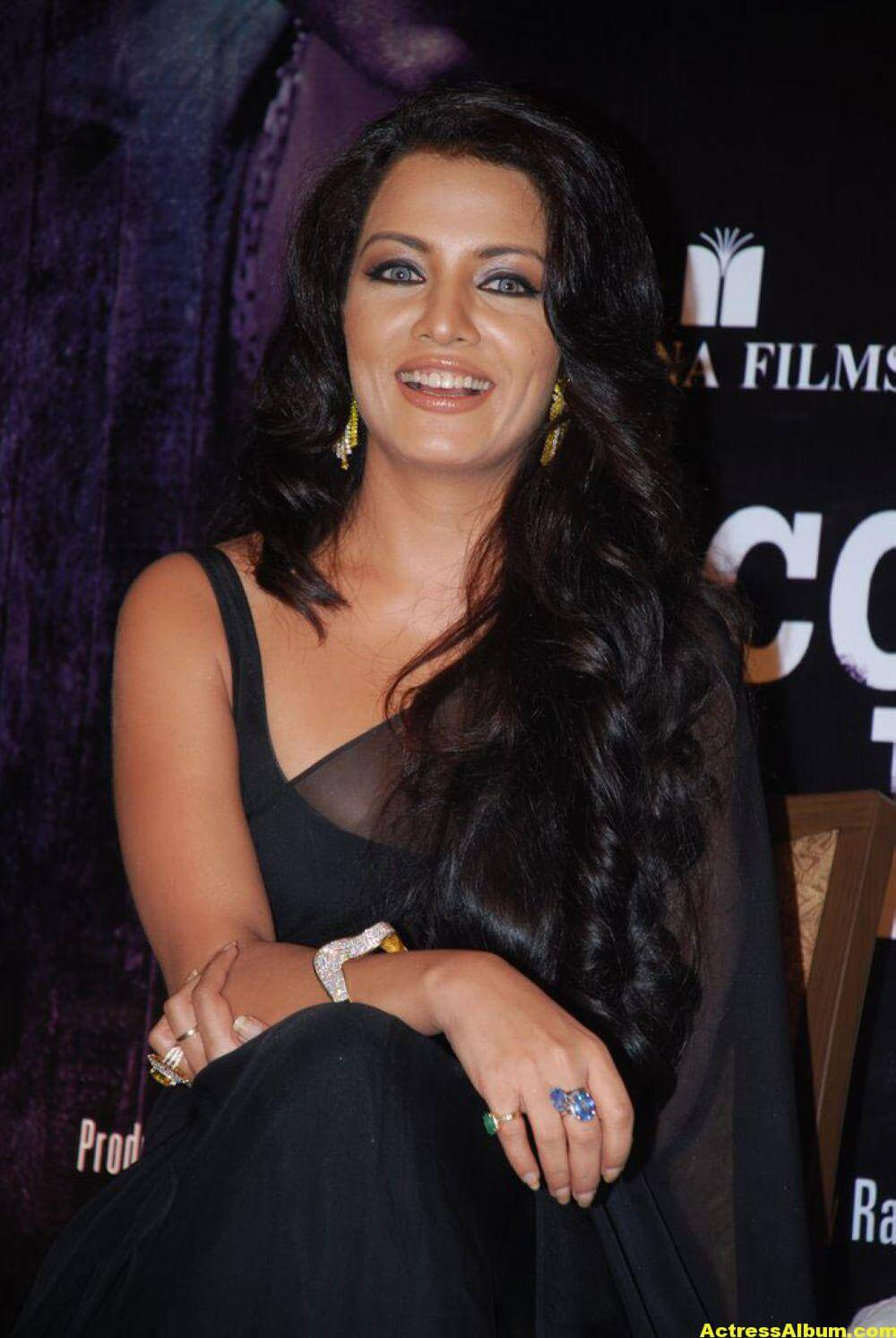 Celina Jaitley At Hill Road In Black Sexy Saree 4