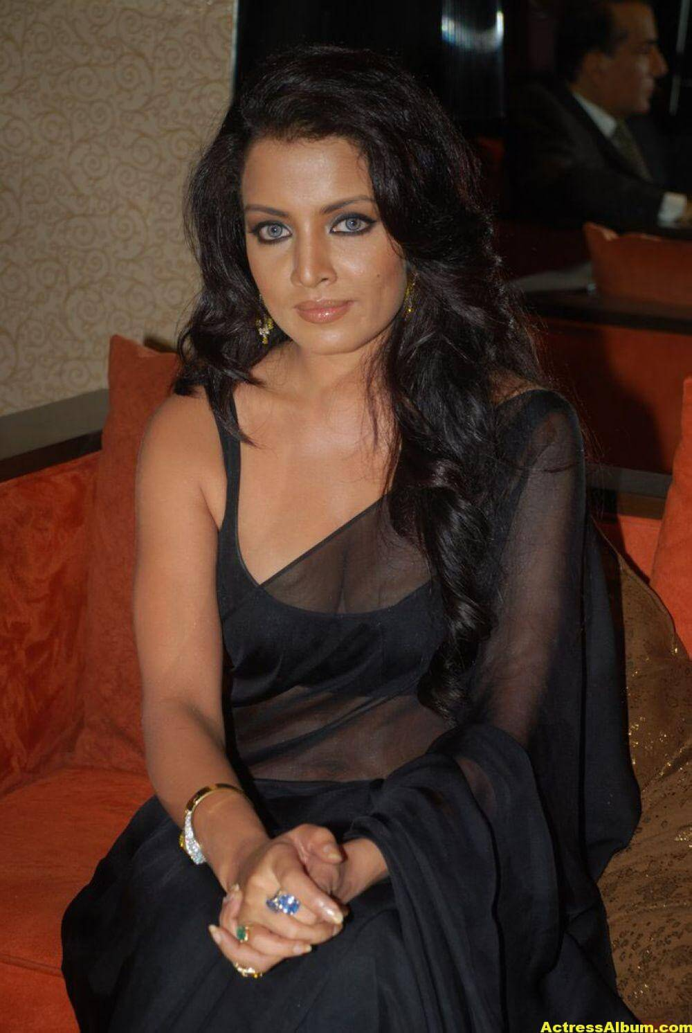 Celina Jaitley At Hill Road In Black Sexy Saree 7