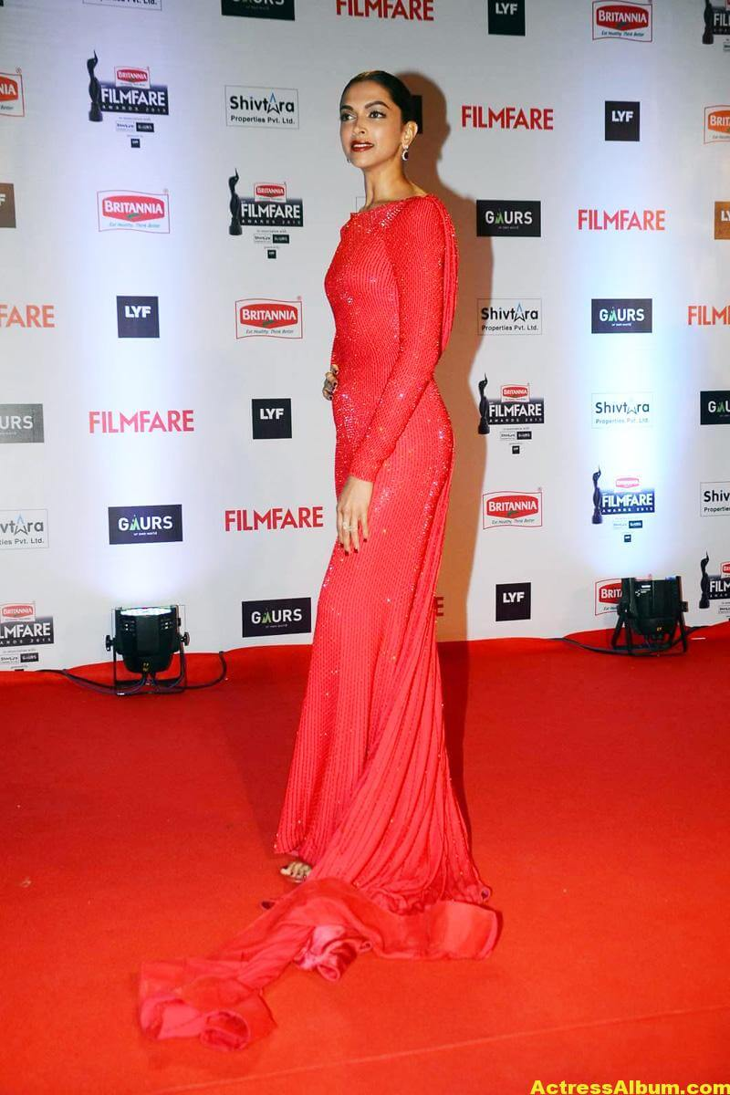 Deepika Padukone Latest Photos at Filmfare Awards In Red Dress 4