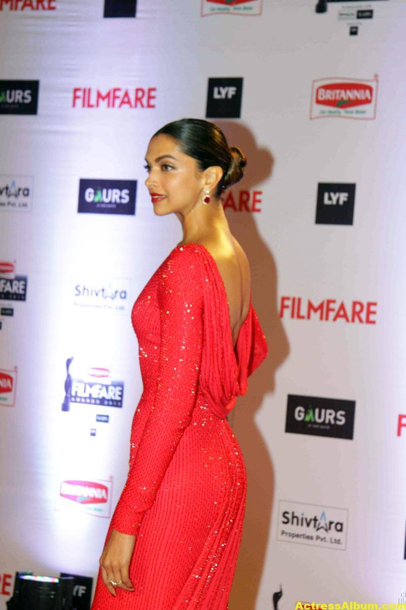 Deepika Padukone Latest Photos at Filmfare Awards In Red Dress 6