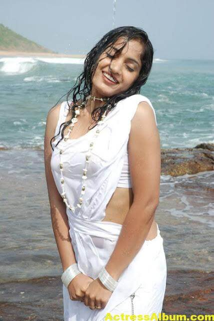 Madhavi Latha Navel Show Photos in White Saree 3
