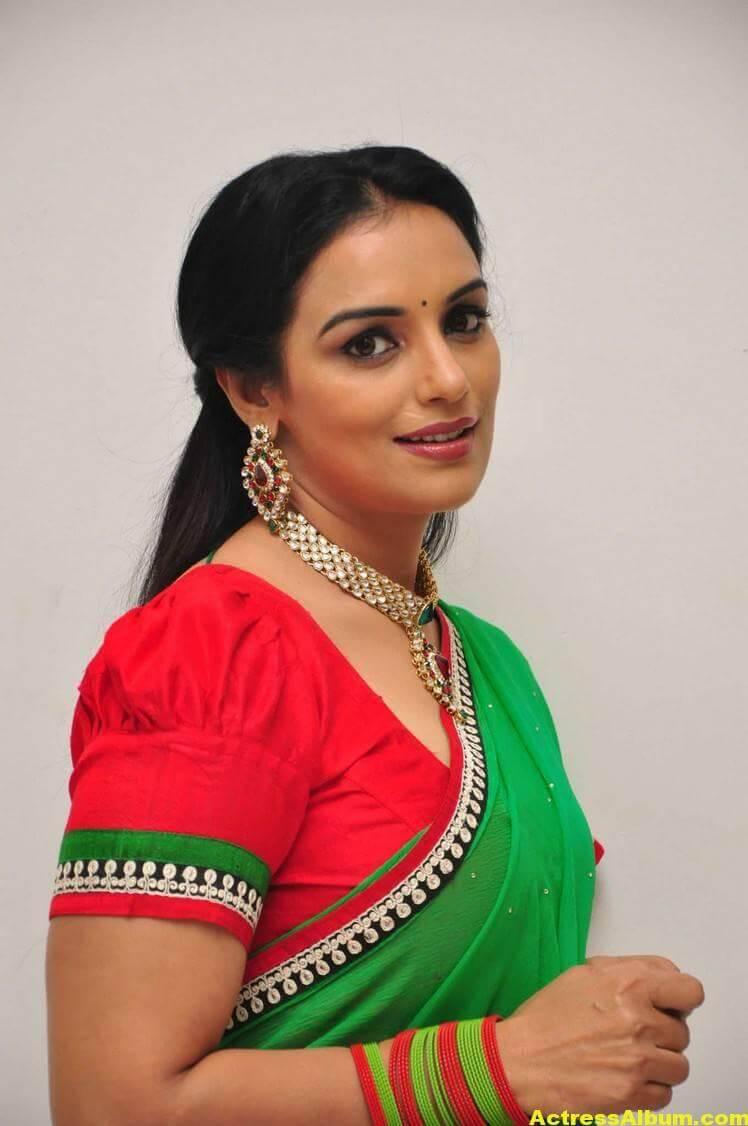 Shweta Menon Stills At She Movie In Green Saree 1