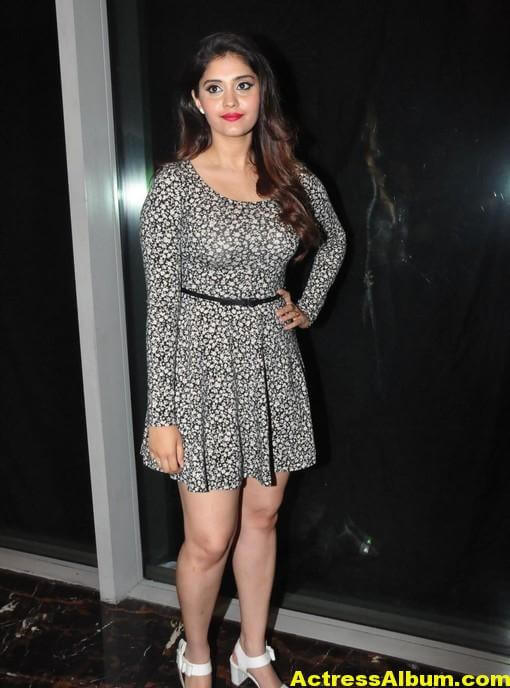 actress-surabhi-hot-legs-stills-in-black-mini-skirt-1