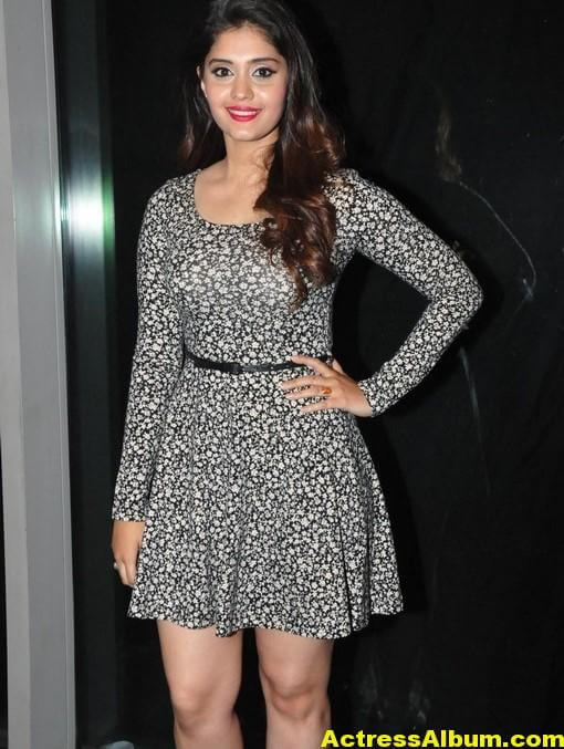 actress-surabhi-hot-legs-stills-in-black-mini-skirt-3