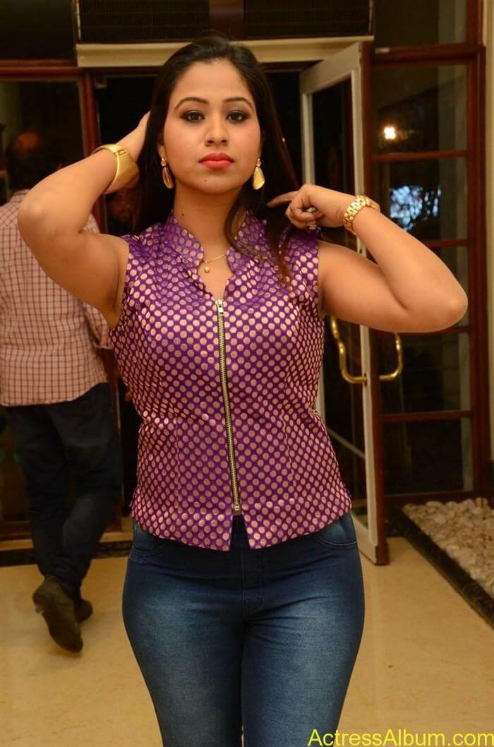 manali-rathod-jeans-fashion-2016-at-telangana-premier-league-5