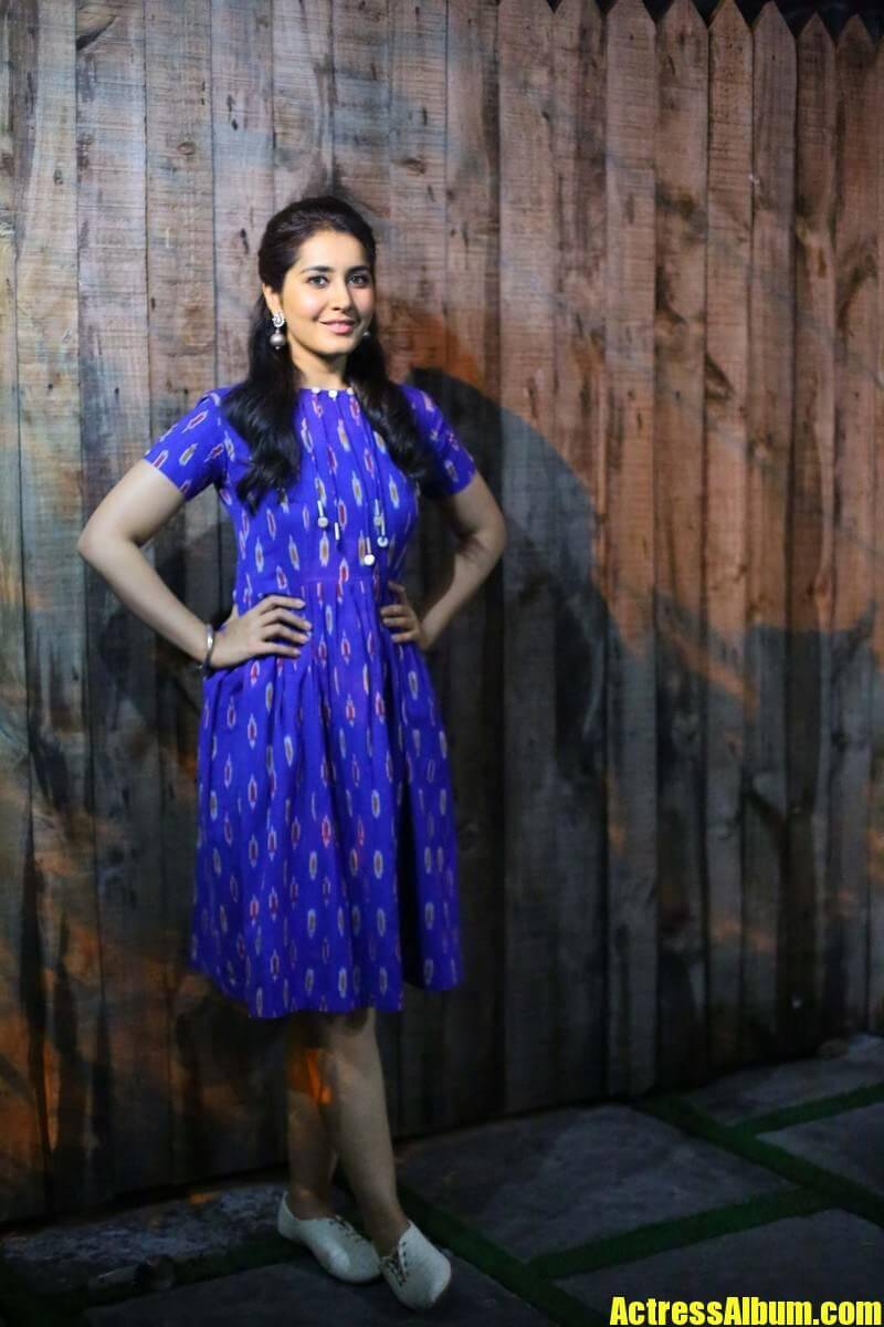 Rashi Khanna Hairstyle In Blue Dress At Awards 2016