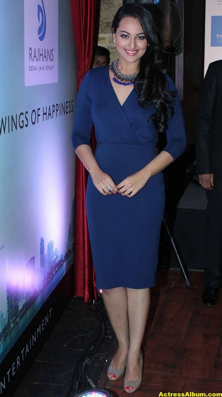 sonakshi-sinha-hot-legs-thighs-photos-in-mini-blue-dress-1