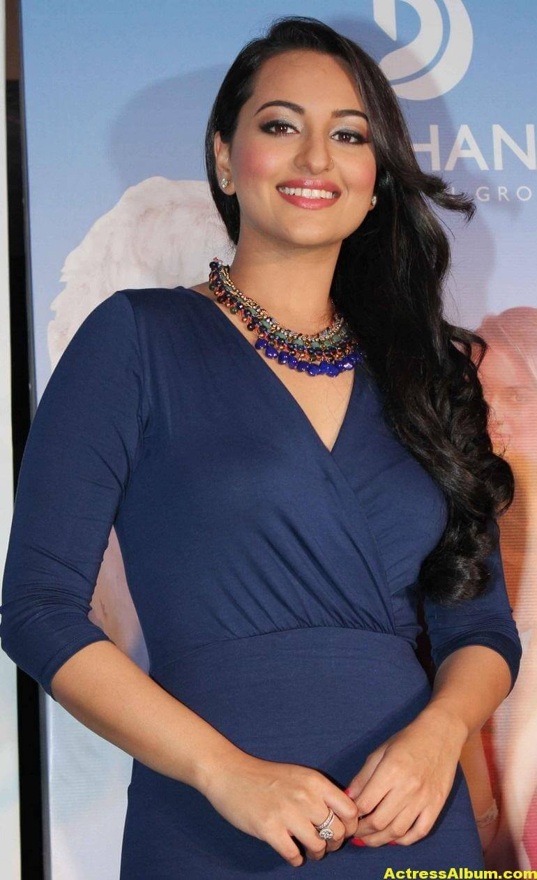 sonakshi-sinha-hot-legs-thighs-photos-in-mini-blue-dress-2