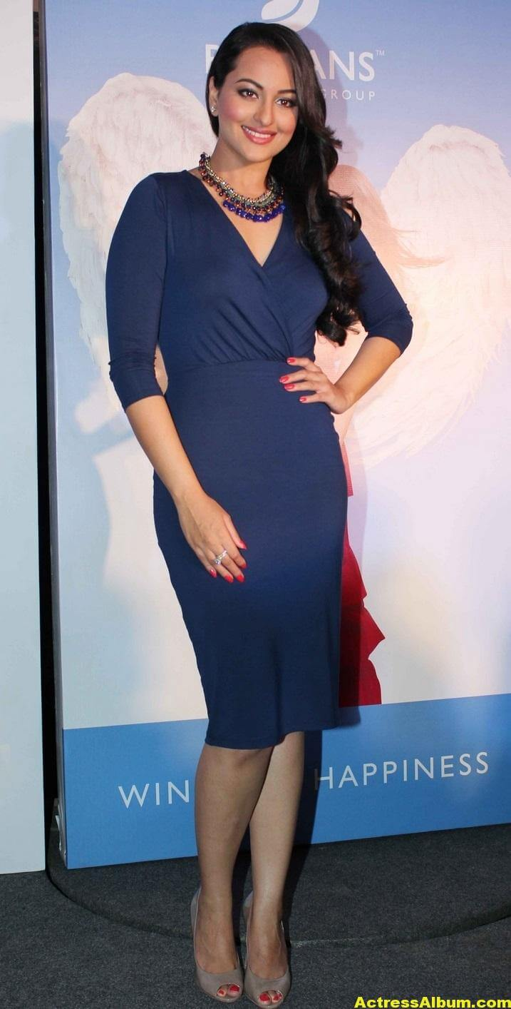 sonakshi-sinha-hot-legs-thighs-photos-in-mini-blue-dress-6