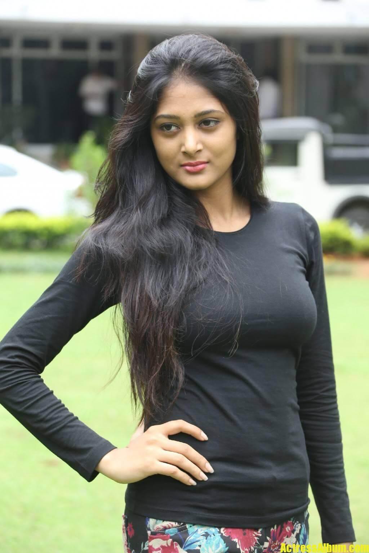 sushma-raj-in-black-dress-at-press-meet-4