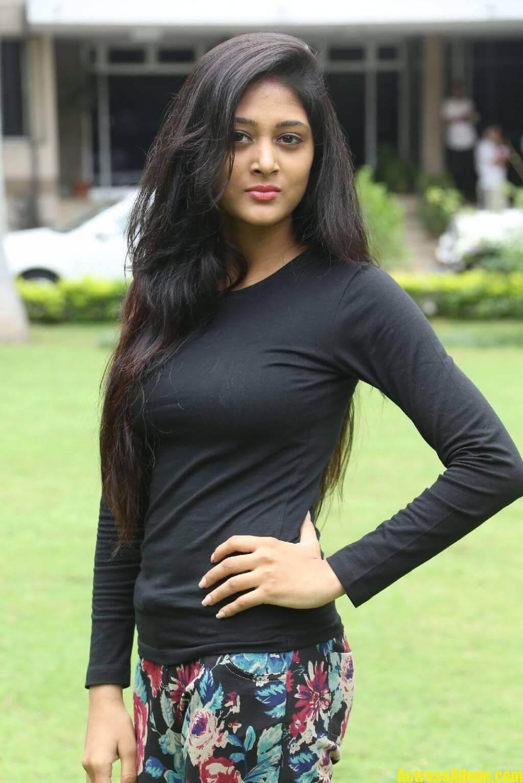 sushma-raj-in-black-dress-at-press-meet-6