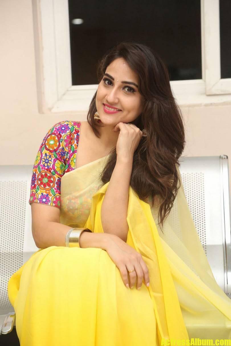 tv-anchor-manjusha-hot-stills-in-yellow-saree-6