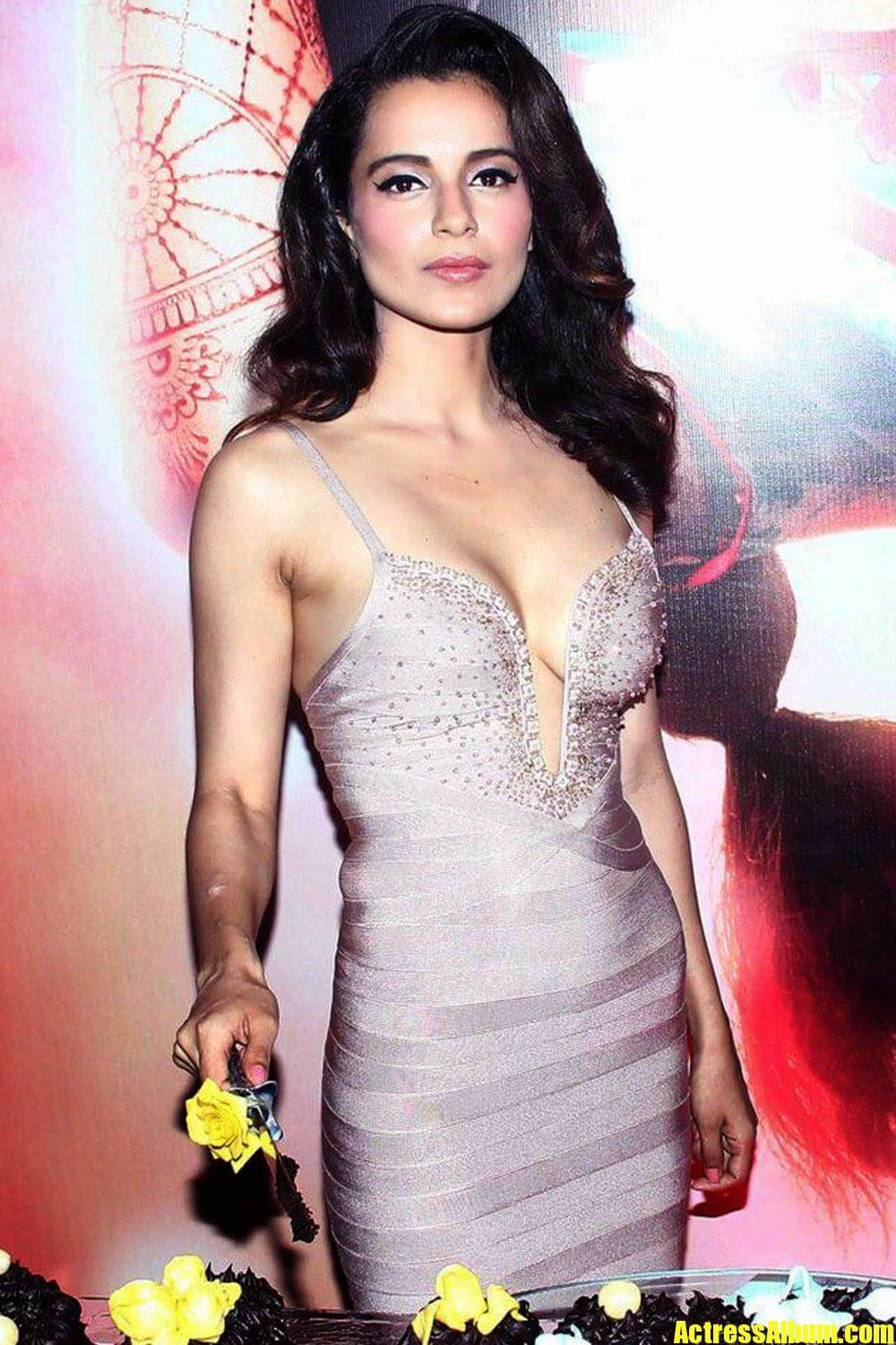 bollywood hot kangana ranaut sexy stills at queen movie
