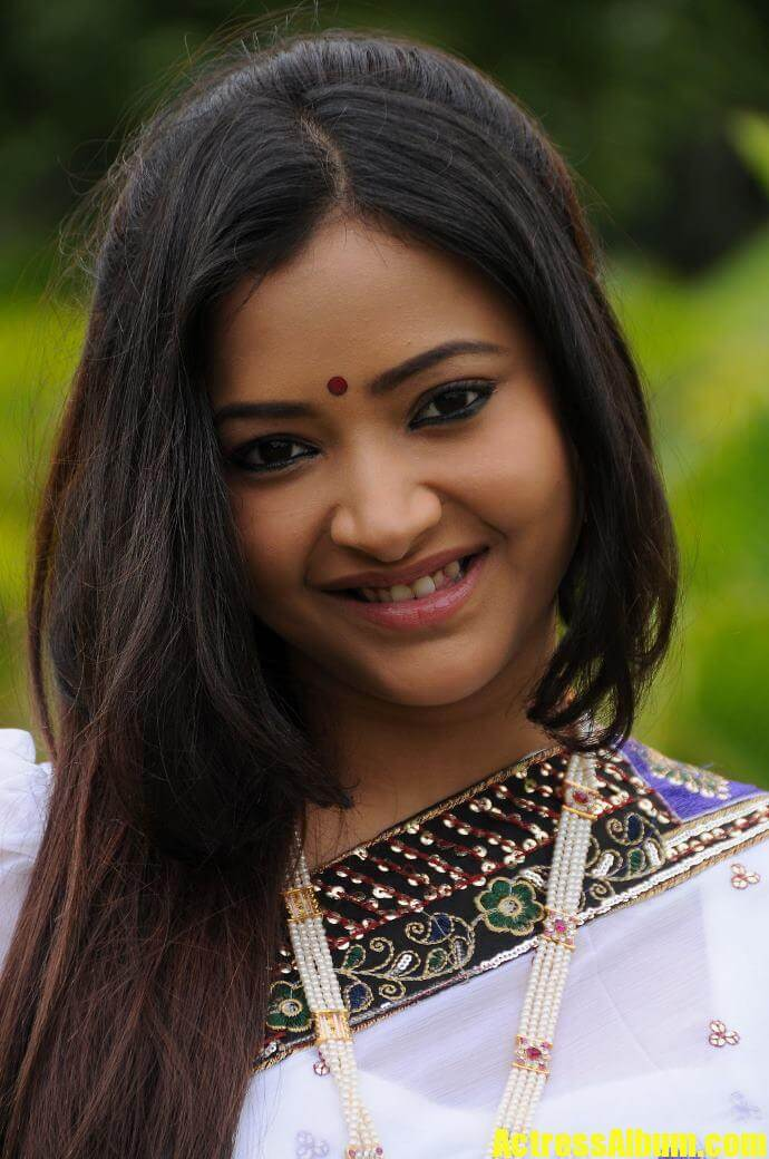 swetha basu cute photo shoot in saree   actress album