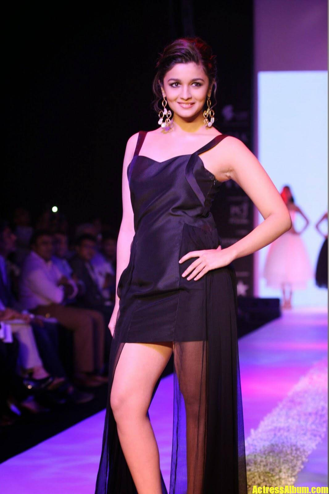 Alia Bhatt Hot Sexy Ramp Walk Photos In Black Dress -1163