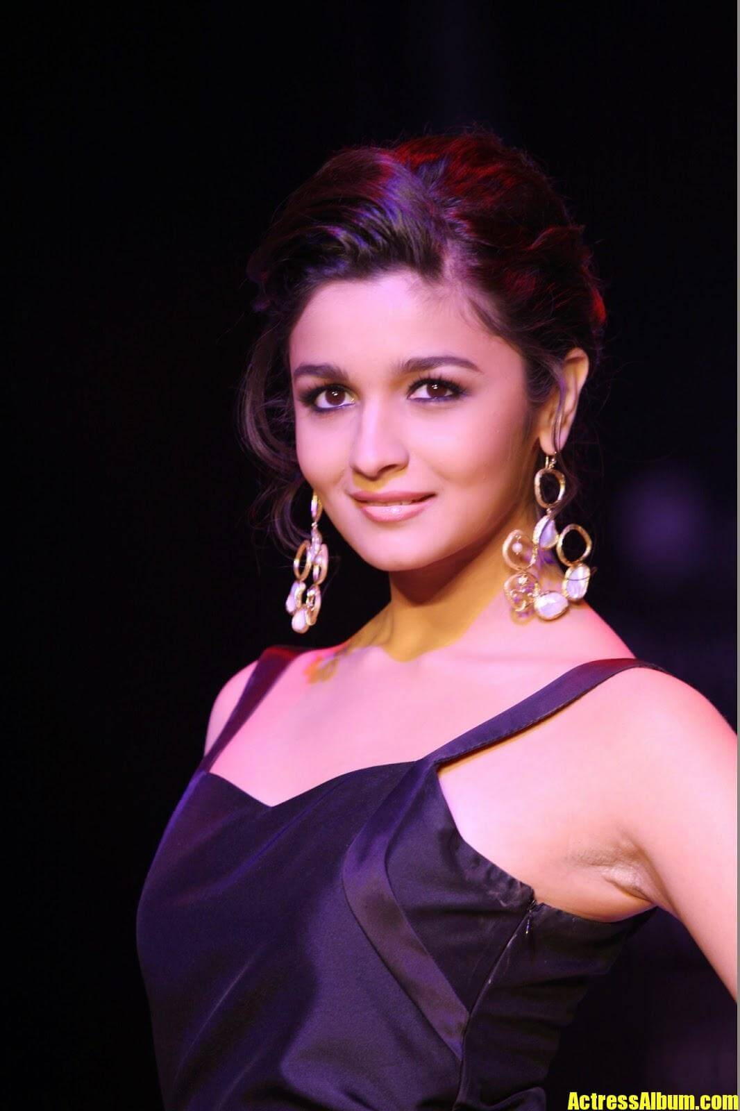 Alia Bhatt Hot Sexy Ramp Walk Photos In Black Dress -9325