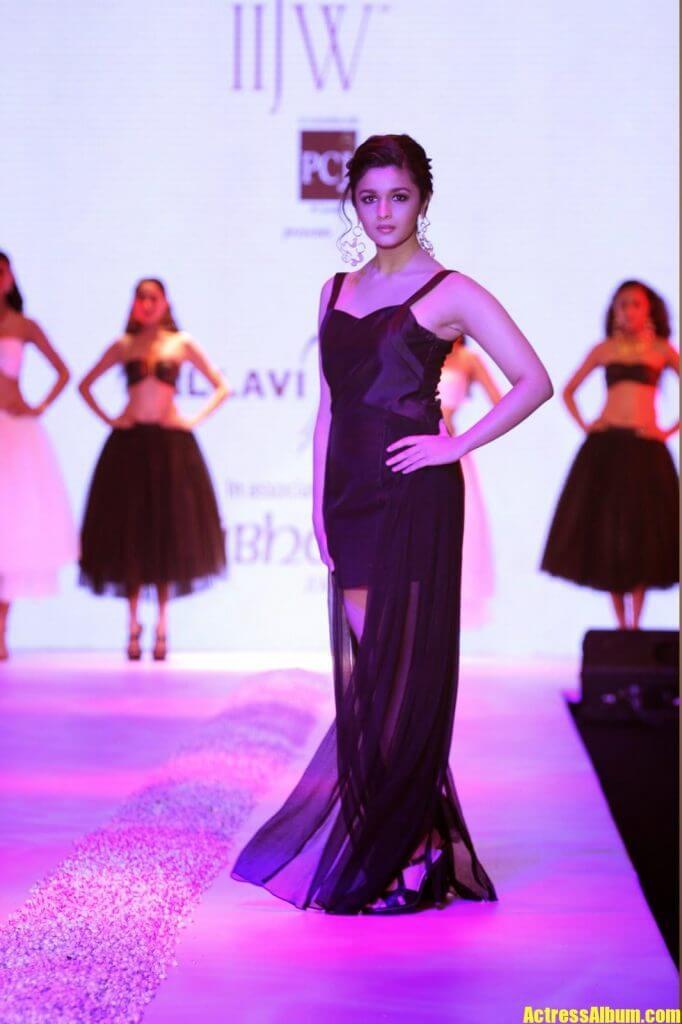 Alia Bhatt Hot Sexy Ramp Walk Photos In Black Dress - FILM ACTRESS HOT PHOTOS COLLECTIONS