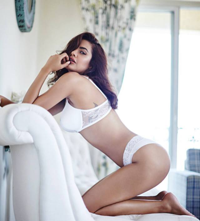 esha gupta hot photo01 - Esha Gupta most Sexiest Photos-Bikiniwear Pictures-Hot Hd Wallpapers