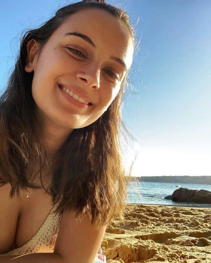 Evelyn Sharma Glimpsed At Beach