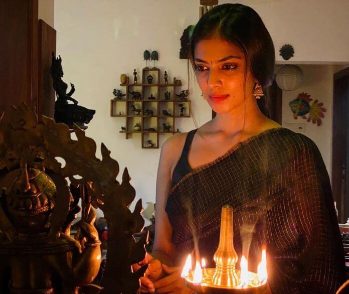 Malavika Mohanan Traditional Look In Black Saree
