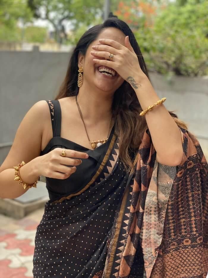 Anasuya Bharadwaj Glamorous Pics In Black Saree