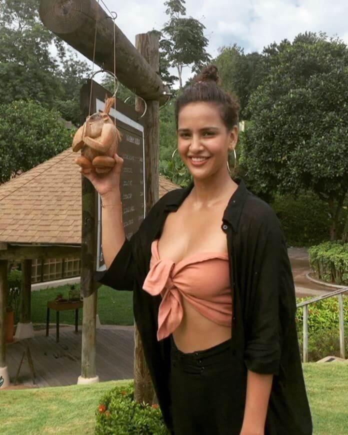 Aisha Sharma Exposing Pictures