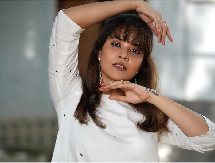 Anasuya Bharadwaj Exposing In White Skirt