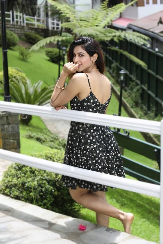Riya Suman In Black Skirt