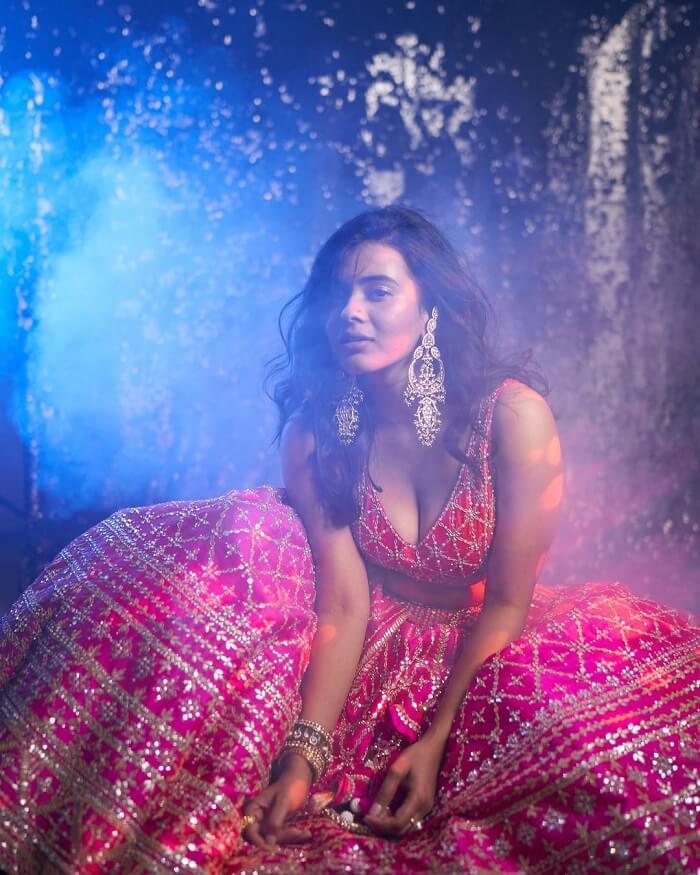Hebah Patel Cleavage Show In Lehenga
